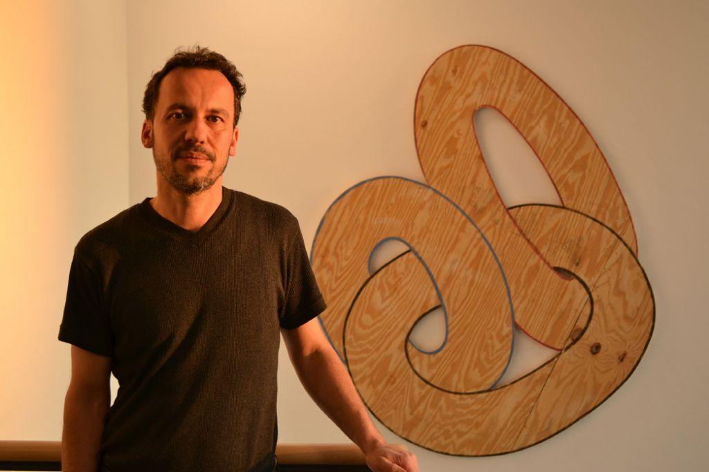 Armin Hartenstein vor seinem Kunstwerk